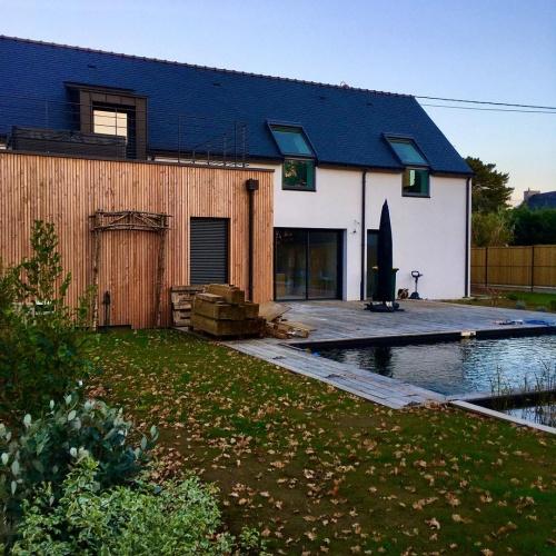 CONSTRUCTION D'UNE MAISON DE VACANCES : facade jardin + piscine naturelle + terrasse